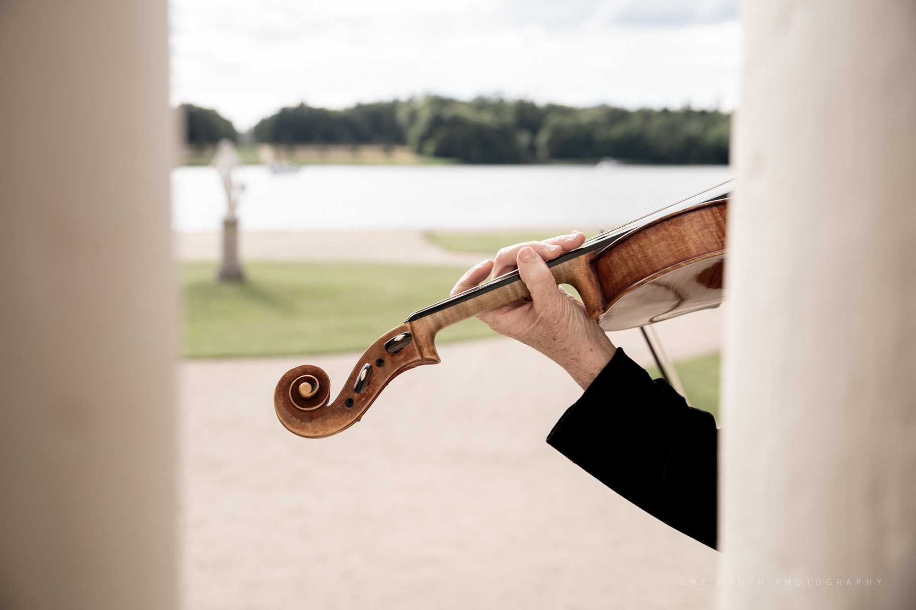Geige in den Schlosskolonnaden