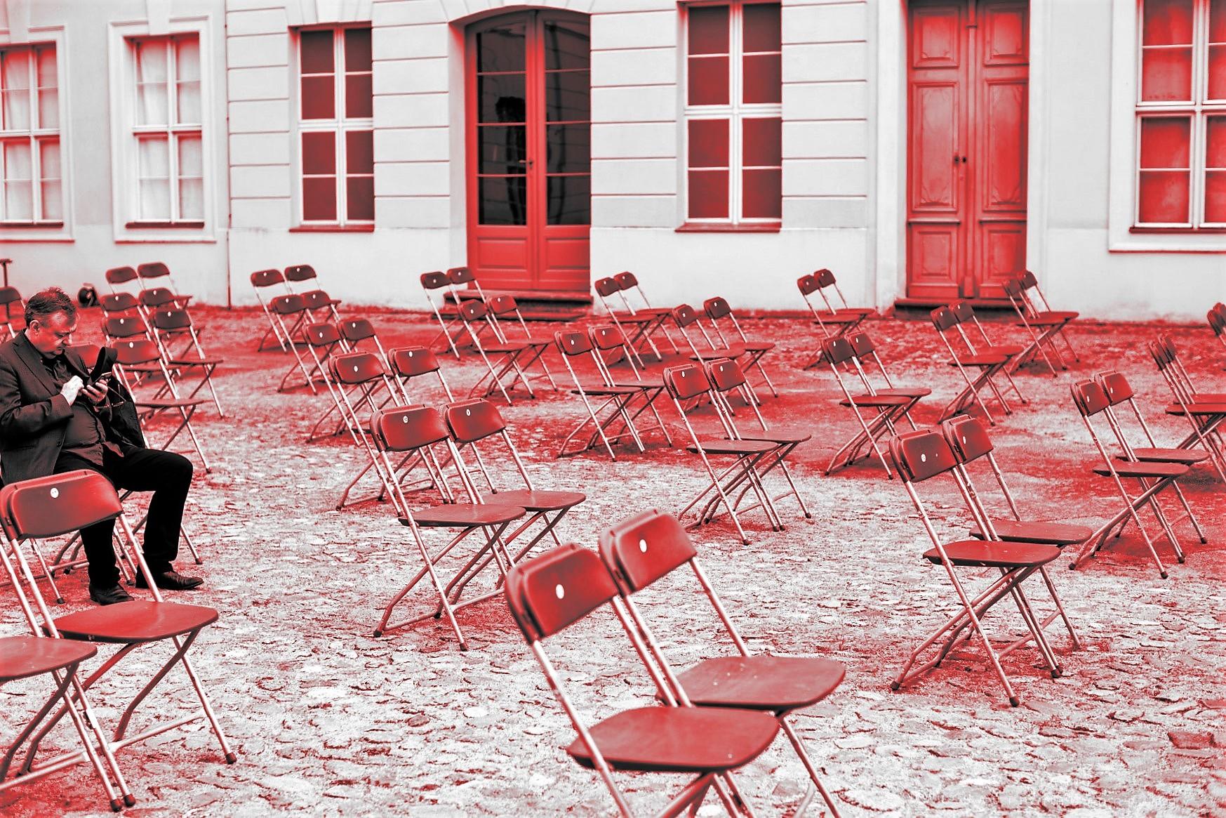 Leere Stuhlreihen im Schlosshof Rheinsberg